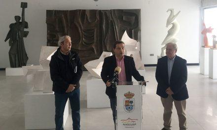 """El alcalde de Andújar destaca """"el talento y la implicación con su ciudad"""" del escultor Miguel Fuentes del Olmo"""