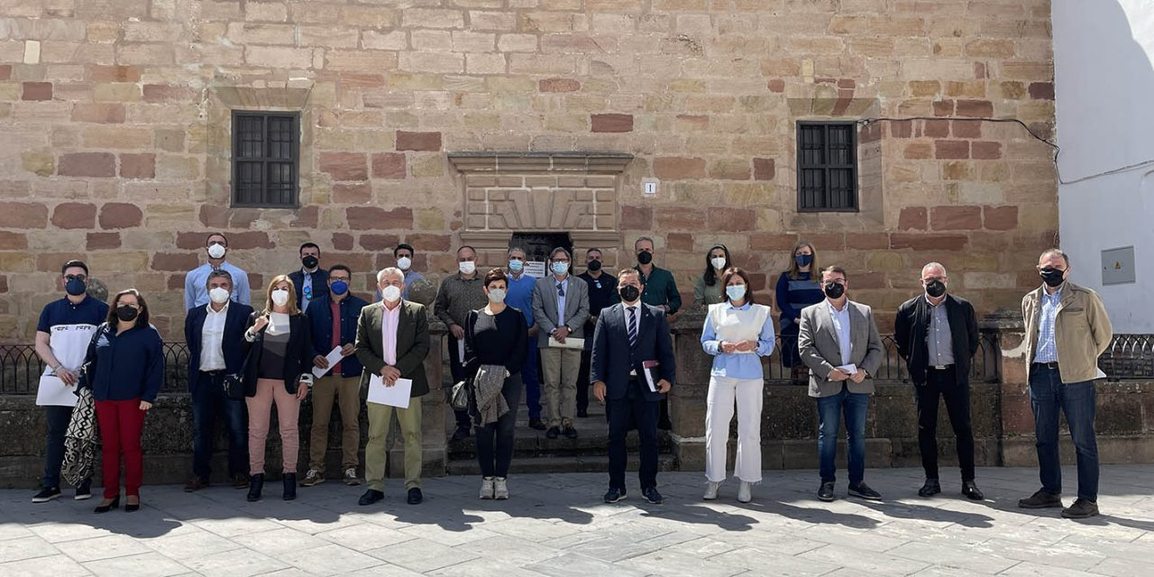 """Casi una veintena de alcaldes y alcaldesas de la provincia de Jaén se dan cita en Andújar para abordar la """"fuga"""" de profesionales médicos de los centros hospitalarios de las Agencias Sanitarias"""